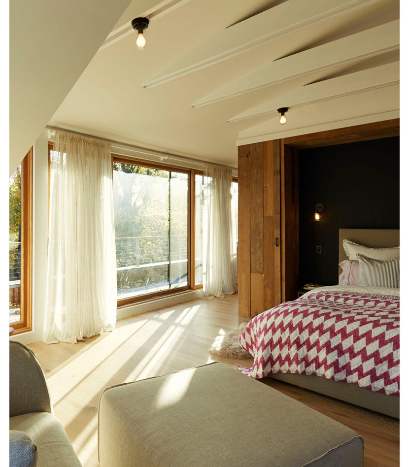 Bedroom of Sands Point House by architect Ole Sondresen